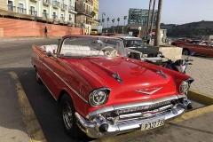 Chevrolet rossa sul malecón di Havana